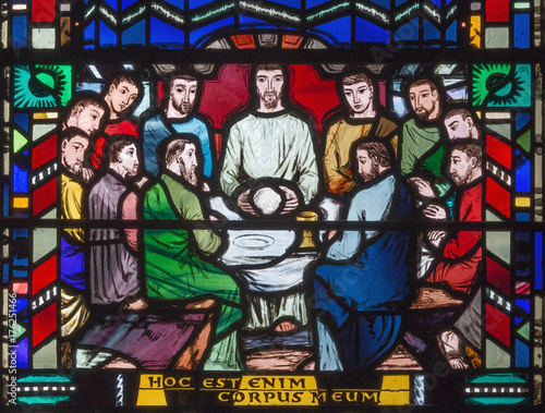 In de dag Monument LONDON, GREAT BRITAIN - SEPTEMBER 16, 2017: The stained glass of Last Supper in church St Etheldreda by Charles Blakeman (1953 - 1953).