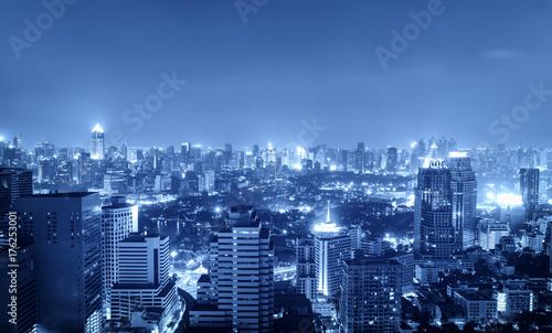 nocny-pejzaz-w-niebieskim-tonu-filtr-dla-koncepcji-hi-tech
