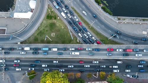 widok-z-gory-anteny-skrzyzowania-drog-z-gory-ruchu-samochodowego-i-dzem-wielu-samochodow-koncepcja-transportu