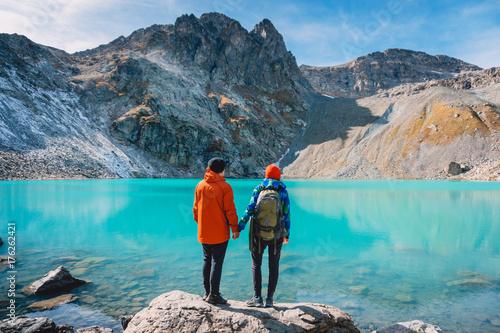 Fotografia  Couple of tourists looks at the lake