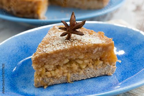 Plakat kawałek ciasta z galaretką jabłko na talerzu
