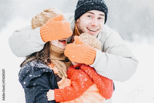 Plakat Śliczna rodzina bawić się w parku w zimie