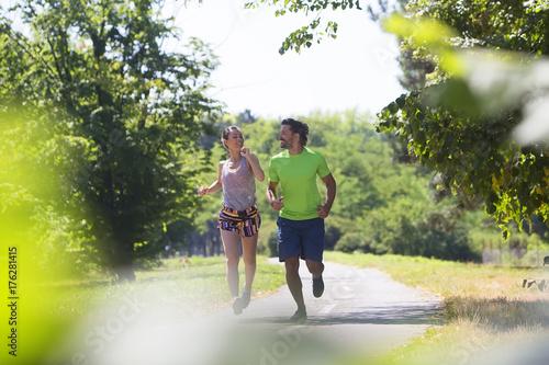 Zdjęcie XXL Zdrowy, sprawny i sprawny para działa w parku