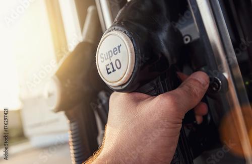 Photo  Man hand holding gas pump nozzle