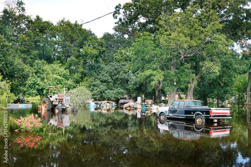 Plakat Zalane maszyny na podwórku wiejskiego domu. Konsekwencje huraganu Harvey, Texas, USA