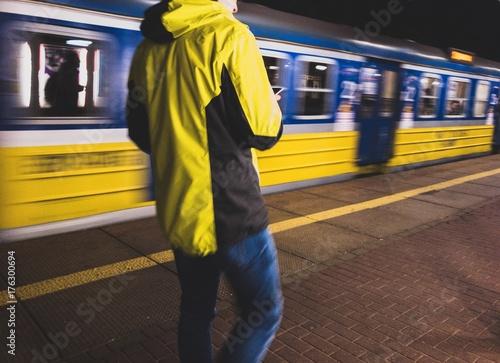 Zdjęcie XXL osoba czeka na pociąg
