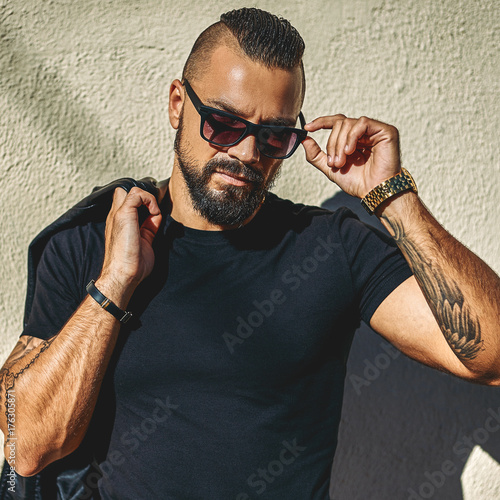 Photo  Fashion portrait of handsome brutal man in sunglasses