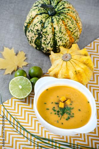 Plakat Jamajska zupa dyniowa z limonką w białym stylowym talerzu ..