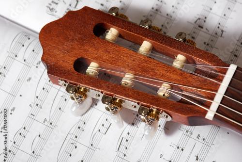 Fototapeta zbliżenie gitara akustyczna na nutach