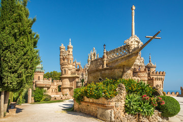 Pogled na dvorac Colomares u Benalmadeni, posvećen Kristoforu Kolumbu - Španjolska