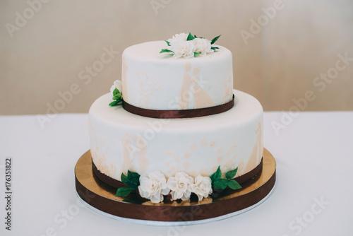 Zdjęcie XXL Biały ślubny tort z kwiatami