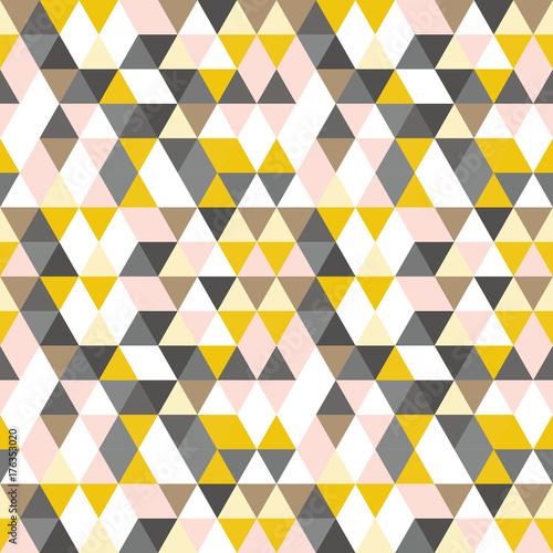 geometryczny-abstrakcyjny-wzor-z-trojkatow-w-stonowanych-kolorach-retro