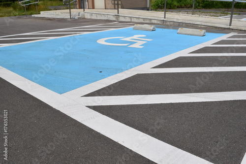 Valokuva  障害者用駐車場 車椅子マーク