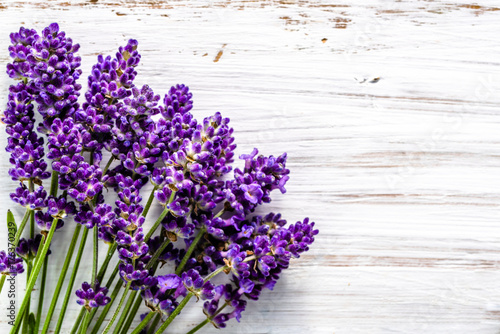 Fresh flowers of lavender bouquet, top view on white wooden background Canvas-taulu