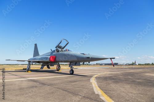 Fototapeta myśliwce odrzutowe samoloty wojskowe zaparkowane na pasie startowym w bazie lotniczej na niebieskim tle nieba