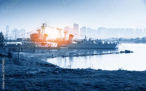 Plakat Popielaty nowożytny okrętu wojennego żeglowanie w spokojnej wodzie przeciw dramatycznemu niebu