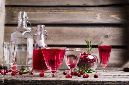 pyszny-czerwony-napoj-w-roznych-kieliszkach