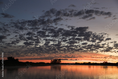 Foto op Aluminium Nachtblauw Sonnenaufgang im Pantanal