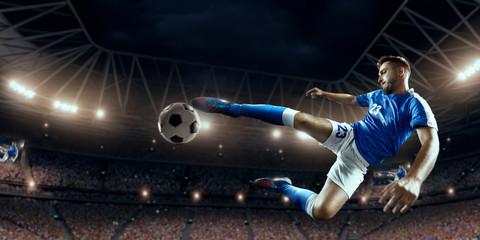 Piłkarz wykonuje grę akcji i bije piłkę na profesjonalnym stadionie. Gracz nosi jednolity mundur sportowy.