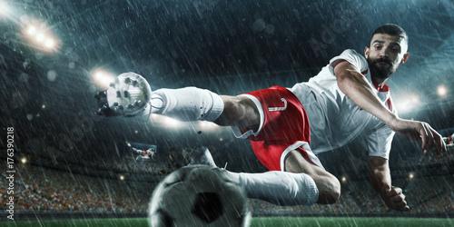 profesjonalny-pilkarz-podczas-gry-w-deszczu
