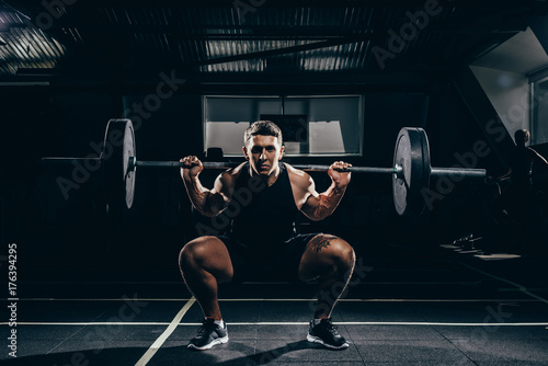 Photo sportsman lifting a barbell