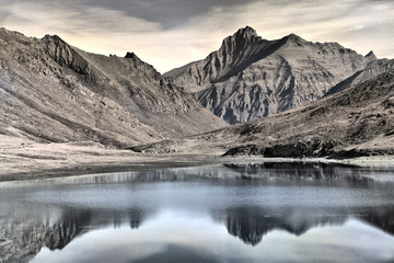 Fototapeta La vetta della Grivola, si riflette nelle acque del lago del colle del Nivolet.