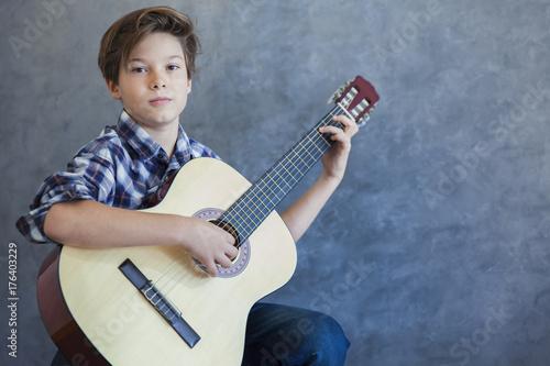 Plakat Teen chłopiec z acustic gitary