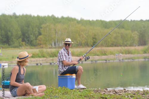 Zdjęcie XXL szczęśliwa para połowów na brzegu stawu