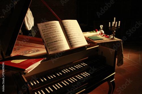 fortepian-w-ciemnej-aranzacji-z-otwartym-spisem-nut