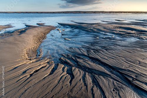 Le ruissellement de l'eau a creusé des sillons dans le sable à marée basse Canvas Print