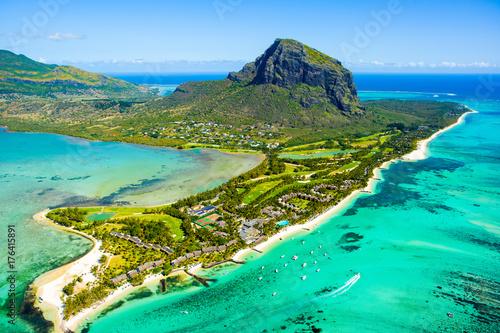 Foto auf Gartenposter Reef grun Aerial view of Mauritius island