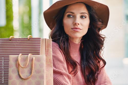 Plakat szczęśliwa kobieta z torby na zakupy