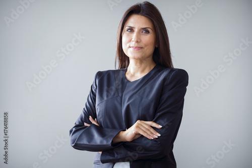 Photo  Portrait of businesswoman on grey background