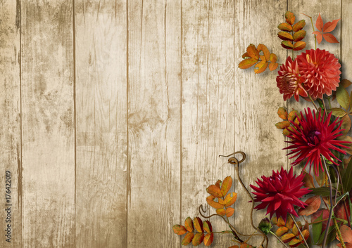 Foto Autumn bouquet with dahlias on vintage wooden background
