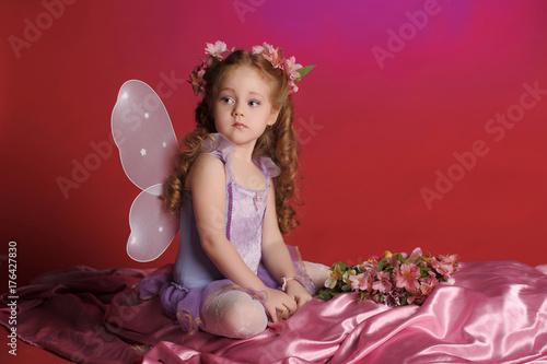 Fototapeta Mała wróżka ze skrzydłami i kwiatami