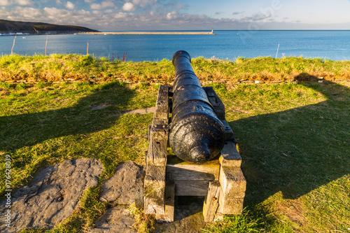 Plakat Cannon wskazuje na morze, fort Fishguard.