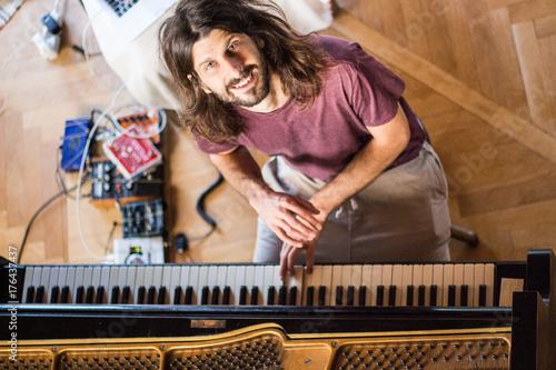 Zdjęcie XXL Muzyk grający i nagrywający fortepian