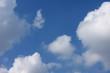 青空と雲「空想・雲のモンスターたち(モンスターが何かを見つけたイメージなど)」(何かを見つける、発見、覗くなどのイメージ)