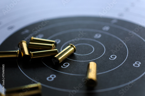 Fotografia bullets on paper target for shooting practice