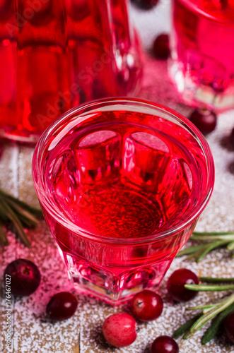 przezroczysty-czerwony-napoj-z-gornej-perspektywy