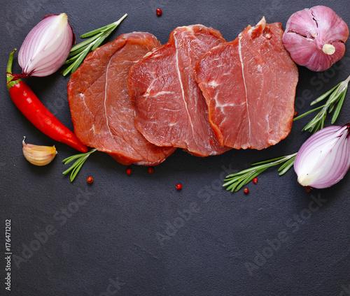 Zdjęcie XXL Surowy mięso, wołowina polędwicowa na czarnym tle