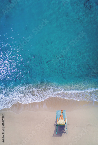 Photo  Aerial view of a Woman at the beach