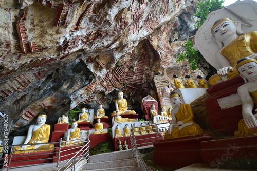 Zdjęcie XXL Buddha statuy w Kawgun jamie blisko Hpa An, Myanmar