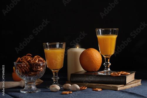 sok-pomaranczowy-w-szklach-na-ciemnym-tle