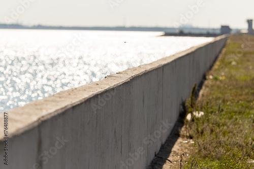 Fototapeta betonowa zapora na zbiorniku w naturze