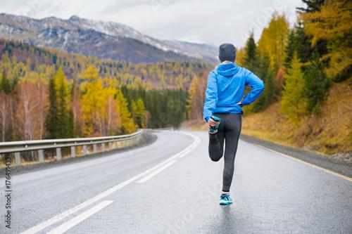 Zdjęcie XXL Bieganie rozciągania. Sportowiec na szczycie góry.