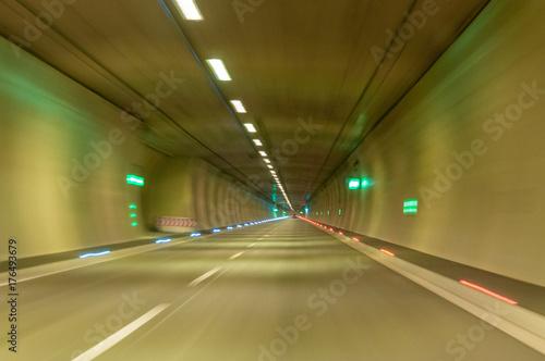 Plakat wysoka prędkość przez tunel - celowo zamazana