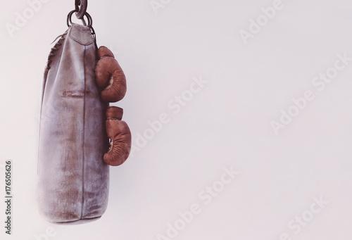 Plakat Ciężka torba z rękawicami bokserskimi