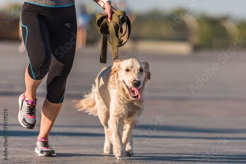 Foto sportswoman jogging with dog
