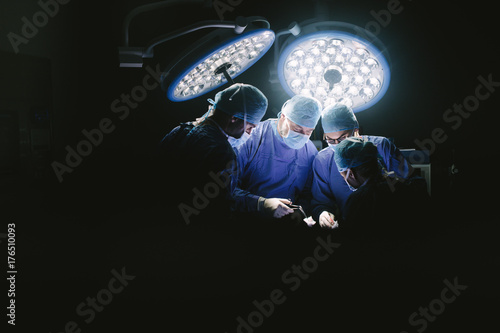 Fotografía  Group of surgeons at work in operation theater.